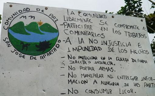 Am Eingang zur Friedensgemeinde werden die Regeln klargelegt: keine Waffen, keine Zusammenarbeit mit bewaffneten Gruppen, kein Alkohol.